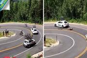 لحظه تصادف شدید دوچرخه سوار با خودروی حمل دوچرخه!