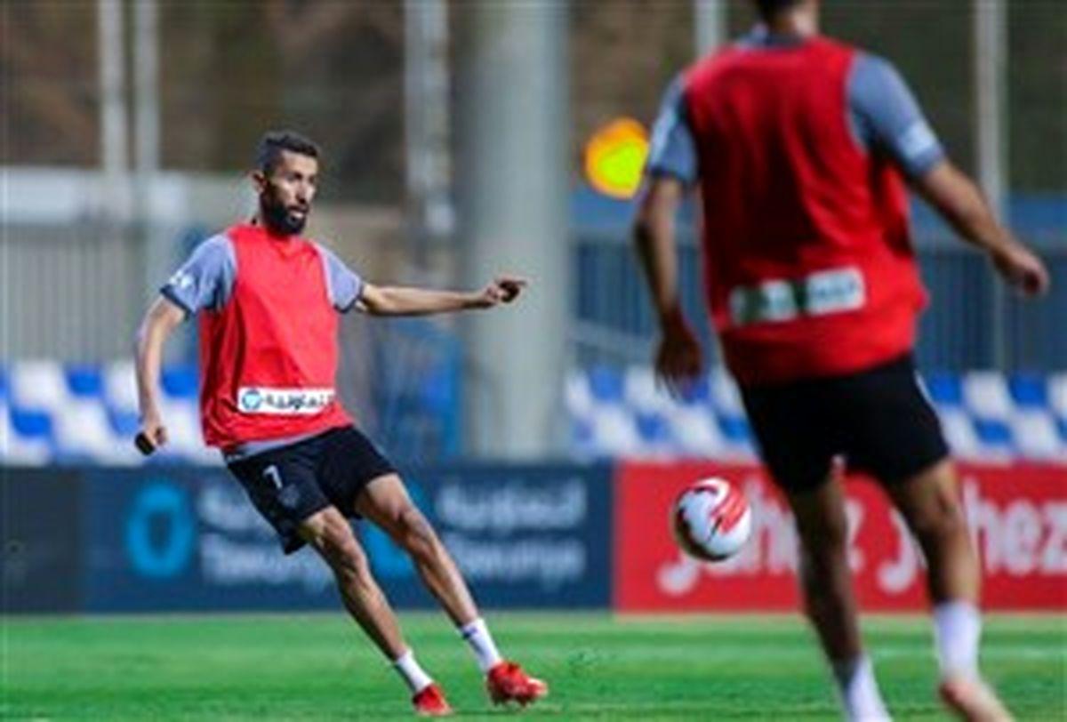 کاپیتان الهلال با کاور قرمز آماده بازی مقابل قرمزها