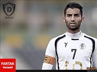 محمد صادق بارانی بازوبند را به احمدی داد