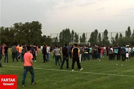 هجوم هواداران به زمین برای عکس سلفی گرفتن با استقلالیها + عکس