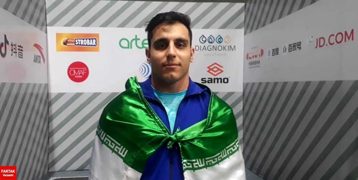طلای وزنهبرداری قهرمانی آسیا برگردن وزنهبردار اصفهانی
