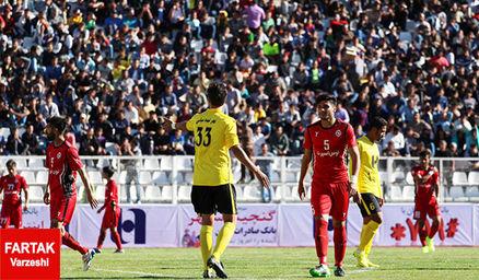 اعتراض شدید هوادارن شیرازی در پایان بازی به کادر فنی و مدیریتی تیم!
