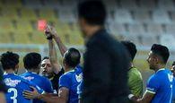 اتفاقی عجیب؛تلاش بازیکن استقلال خوزستان برای پایین آوردن دست داور