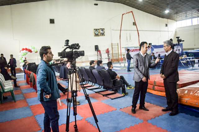 تلاش خبرنگاران برای انعکاس گزارش ورزشکاران ترامپولین ژیمناستیک در  نخستین المپیاد استعدادهای ورزشی برتر کشور