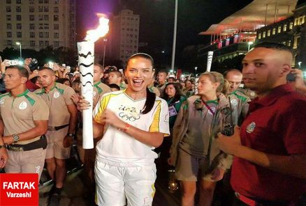 مشعل المپیک توسط سوپر مدل برزیلی حمل شد