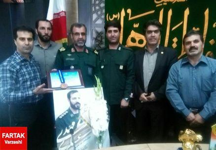 ورزشکار تکواندو مدال خود را به خانواده شهید مدافع حرم اهدا کرد+عکس