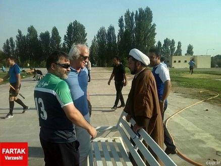 یک روحانی در بازی استقلال/عکس